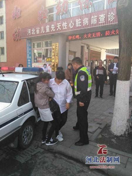 孕妇临盆被堵路上 交警紧急送医院